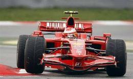 <p>Una Ferrari guidata da pluri-campione Michael Schumacher, in un'immagine di archivio. REUTERS/Albert Gea</p>