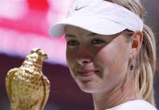 <p>La tennista russa Maria Sharapova con il trofeo dopo aver battuto Vera Zvonareva nella finale del torneo di tennis Qatar Open a Doha il 24 febbraio 2008. REUTERS/Fadi Al-Assaad</p>