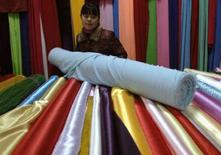 <p>Un negozio di tessuti. REUTERS/Jianan Yu (CHINA)</p>