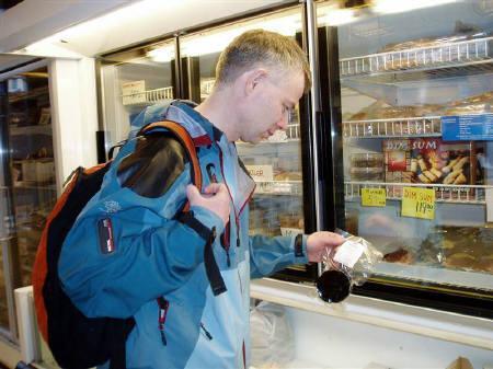 3月3日、ノルウェーの捕鯨推進活動家、捕鯨が畜産よりも環境に優しいことが調査を通じて分かったとし、クジラを食べることが地球を救うことにつながるとの見解示す。写真はオスロの店で鯨肉を手に取る捕鯨推進団体ハイ・ノース・アライアンスの関係者(2008年 ロイター/Alister Doyle)