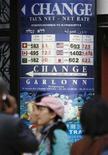 <p>Passanti davanti a un ufficio di cambio a Parigi. REUTERS/Vincent Kessler (FRANCE)</p>