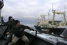 <p>Due attivisti animalisti lanciano oggetti contro la baleniera giapponese Nisshin Maru durante uno scontro in mare il 3 marzo scorso. REUTERS/Sea Shepherd Conservation Society/Handout</p>