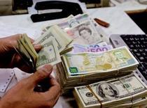 <p>En Grande-Bretagne, il faut bien plus qu'un million de livres (1,32 million d'euros) pour mener grand train à l'instar des vedettes, conclut une étude du Centre pour la recherche économique et des affaires publiée lundi. /Photo d'archives/REUTERS/Khaled al-Hariri</p>