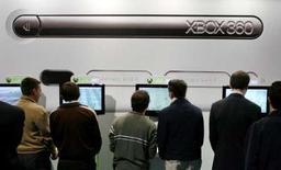 <p>Microsoft a baissé de 80 euros le prix de vente des trois modèles de la Xbox 360 en Europe continentale. /Photo d'archives/REUTERS/Victor Fraile</p>