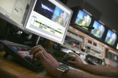 <p>Le nombre d'abonnés à la télévision via internet (IPTV) à travers le monde a doublé en 2007 pour atteindre 12,3 millions, soutenu par les marchés d'Europe occidentale où certains fournisseurs d'accès internet à haut débit offrent ce service gratuitement. /Photo d'archives/REUTERS/David Bebber</p>