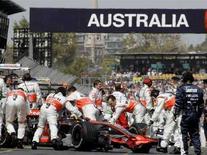 <p>I meccanici della McLaren mentre lavorano alla macchina di Lewis Hamilton, che si è aggiudicato la pole position oggi alle prove del Gp di Australia. REUTERS/Oliver Multhaup</p>
