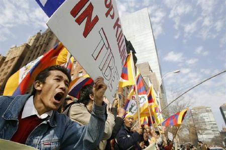 3月19日、中国チベット自治区で起きた騒乱では、西側諸国が中国政府の対応を声高に非難する姿勢はさほど見られず、中国経済の影響力の大きさが暗に示される形になった。写真は14日、ニューヨークにある国連本部前で行われた抗議デモ(2008年 ロイター/Lucas Jackson)