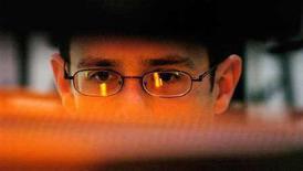 <p>Foto d'archivio di un uomo al computer. REUTERS/Chris Pizzello</p>