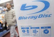 <p>La Commission du commerce international des Etats-Unis va ouvrir une enquête concernant une trentaine de sociétés dont Sony au sujet d'une éventuelle infraction au droit des brevets liée à des lecteurs de disques Blu-ray et à d'autres produits. /Photo prise le 18 février 2008/REUTERS/Issei Kato</p>