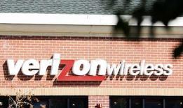 <p>Verizon et AT&T, les deux premiers opérateurs mobiles des Etats-Unis, se sont octroyé la part du lion des fréquences libérées par des télédiffuseurs et qui ont été allouées par le biais d'une vente aux enchères de 19,12 milliards de dollars. /Photo d'archives/REUTERS/Rick Wilking</p>