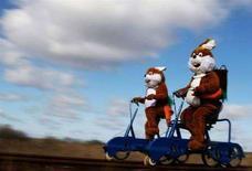 <p>Due uomini travestiti da coniglietti di Pasqua in Germania. REUTERS/Hannibal Hanschke</p>