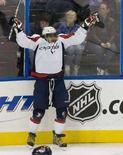 """<p>Форвард """"Вашингтона"""" Александр Овечкин радуется шайбе, заброшенной им в ворота """"Атланты"""" в Атланте 21 марта 2008 года. Нападающий клуба НХЛ """"Вашингтон"""" Александр Овечкин забросил в минувшую пятницу 60 шайбу в текущем сезоне, став последним из игроков, перешагнувшим этот рубеж за последние 12 лет. (REUTERS/Erik S. Lesser)</p>"""