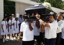 <p>La salma di Arthur C. Clarke trosporta a spalla a Colombo. REUTERS/Buddhika Weerasinghe</p>