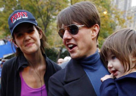 3月20日、赤ちゃんに一風変わった名前を付けるのが流行、専門コンサルタントも登場。写真は昨年11月、俳優のトム・クルーズ(中央)とケイティ・ホームズ(左)、娘のスリちゃん(2008年 ロイター/Mike Segar)