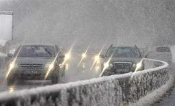 <p>Auto sotto la neve in autostrada. REUTERS/Wolfgang Rattay</p>