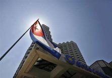 <p>La bandiera cubana fuori da un hotel all'Avana della catena spagnola Melia. REUTERS/Claudia Daut (CUBA)</p>
