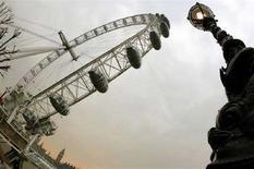 <p>La London Eye vista dal basso. REUTERS/Alessia Pierdomenico (BRITAIN)</p>