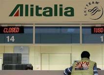 <p>Una biglietteria all'aeroporto di Malpensa, in una foto del 26 febbraio 2008. REUTERS/Alessandro Garofalo</p>