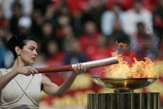 <p>La fiamma olimpica accesa dall'attrice greca Maria Nafpliotou ad Atene. REUTERS/John Kolesidis</p>