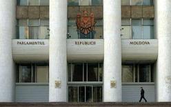 """<p>Здание парламента Молдавии в Кишиневе, 7 марта 2005 года. Парламент Молдавии утвердил новое правительство во главе с Зинаидой Гречаной. Первая в истории страны женщина-премьер назвала своих министров """"технократами"""", а их основной задачей - консолидацию общества в преддверии выборов весной 2009 года. (REUTERS/Bogdan Cristel)</p>"""
