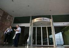<p>Туристы у входа в отель Habana Riviera в Гаване 31 марта 2008 года. Власти Кубы сняли запрет на размещение жителей острова в номерах гостиниц, зарезервированных только для иностранцев. (REUTERS/Enrique De La Osa)</p>