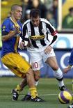 <p>Il capitano della Juventus Alessandro Del Piero e il giocatore del Parma Giulio Falcone nell'incontro di andata dell'11 novembre 2007. REUTERS/Giampiero Sposito</p>