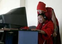 <p>Des moines tibétains dans un café internet, à Yushu, dans l'ouest de la Chine. Le Comité international olympique a rappelé au comité d'organisation des Jeux de Pékin la nécessité d'ouvrir l'accès à internet pendant toute la durée de la manifestation sportive. /Photo d'archives/REUTERS/Jason Lee</p>