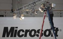 <p>Microsoft a remporté une manche importante et symbolique avec la reconnaissance du statut de norme internationale pour son format de document Open XML (OOXML), ce qui augmentera ses chances de décrocher des marchés publics et des contrats privés aux dépens des partisans d'un format concurrent. /Photo prise le 3 mars 2008/REUTERS/Hannibal Hanschke</p>