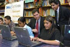 <p>Учащиеся одной из калифорнийских школ и основатель компании Dell Inc. Майкл Делл (в центре) в Ла-Пуэнте (Калифорния) 6 декабря 2004 года. Миллионы детей, зарегистрированных в социальных сетях, подвергают себя излишнему риску, предоставляя личную информацию, доступную для всего круга пользователей социальной сети, заявил представитель независимой британской компании в области телекоммуникаций Ofcom. (REUTERS/Bob Riha, Jr./Dell/Handout)</p>