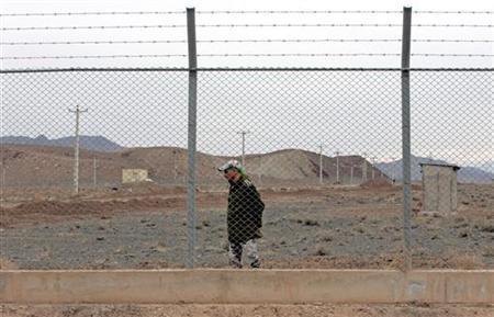 An Iranian soldier stands guard inside the Natanz uranium enrichment facility, 322km (200 miles) south of Iran's capital Tehran March 9, 2006.REUTERS/Raheb Homavandi