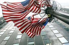 <p>Alcune bandiere americane sventolano in California. REUTERS/Mike Segar</p>
