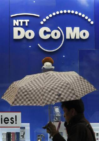4月7日、電気通信事業者協会が7日発表した08年3月末の携帯電話契約件数では、NTTドコモ(写真)がPHSを含めたシェアで50%を割り込んだ。1月撮影(2008年 ロイター/Issei Kato)