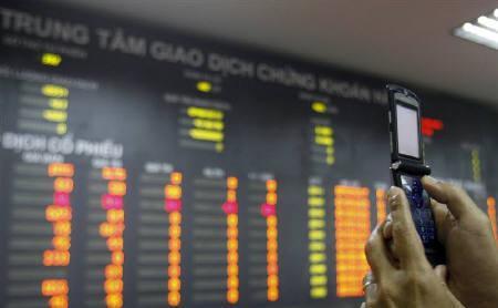 4月7日、一部ファンドマネジャーの間では、ベトナム株は急落で今が押し目買いの好機との見方が出ている。写真はハノイの証券取引所で昨年7月撮影(2008年 ロイター/Kha)