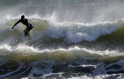 <p>Foto d'archivio di un surfista. REUTERS/Yuriko Nakao</p>
