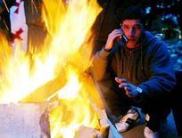<p>Мужчина говорит по мобильному телефону в Тбилиси 22 января 2006 года. Крупнейший оператор мобильной связи Грузии MagtiCom к концу 2008 года намерен внедрить стандарт HSDPA, что позволит увеличить скорость скачивания данных в сети 3G до 3,6 мегабит в секунду, а также планирует ввести в строй сеть удаленного беспроводного доступа в интернет - WiMAX, сказал Рейтер генеральный директор компании Дэвид Ли. (REUTERS/David Mdzinarishvili)</p>