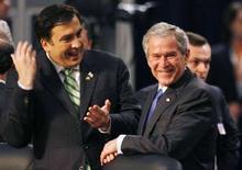 <p>Президент США Джордж Буш (справа) общается с президентом Грузии Михаилом Саакашвили на саммите НАТО в Бухаресте 3 апреля 2008 года. Россия готова предпринять ответные меры на своей границе, в случае если Украина и Грузия вступят в НАТО, сказал глава Генштаба РФ Юрий Балуевский в пятницу. (REUTERS/Kevin Lamarque)</p>