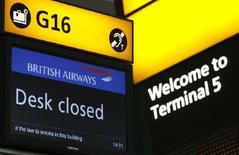 <p>Uno schermo con il messaggio 'Desk Closed' al Terminal 5 di Heathrow il 29 marzo. REUTERS/Luke MacGregor (BRITAIN)</p>