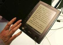 <p>Il lettore e-book Sony Reader presentato nel gennaio 2006 alla Consumer Electronics Show (Ces) di Las Vegas. REUTERS/Rick Wilking</p>