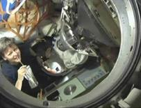 """<p>La comandante della """"Expedition 16"""" Peggy Whitson (a sinistra) nell'astronave russa Soyuz. REUTERS/NASA TV. FOR EDITORIAL USE ONLY. NOT FOR SALE FOR MARKETING OR ADVERTISING CAMPAIGNS.</p>"""