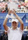 <p>Российская теннисистка Мария Кириленко с кубком, завоеванным на турнире Estoril Open в Лиссабоне 20 апреля 2008 года. В финальном матче Кириленко, посеянная второй, переиграла чешскую теннисистку Ивету Бенешову (REUTERS/Hugo Correia)</p>