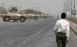 """<p>Бронемашины иракских вооруженных сил в Басре, 20 апреля 2008 года. Духовный лидер иракских шиитов Моктада аль-Садр пообещал начать """"открытую войну"""" против иракского правительства, если силы безопасности Ирака и США не прекратят преследования его сторонников. (REUTERS/Atef Hassan)</p>"""