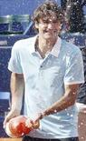 <p>Роджер Федерер открывает шампанское после победы на турнире Estoril Open в Лиссабоне, 20 апреля 2008 года. Российский теннисист Николай Давыденко проиграл в финале турнира Estoril Open швейцарскому спортсмену Роджеру Федереру.REUTERS/Hugo Correia</p>