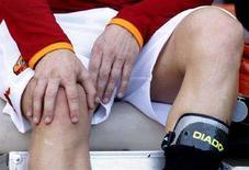 <p>Il capitano della Roma captain Francesco Totti si controlla il ginocchio, dopo l'infortunio di sabato. REUTERS/Giampiero Sposito</p>