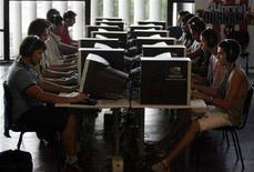 <p>Alcune postazioni Web in un campus a San Paolo, Brasile REUTERS/Paulo Whitaker</p>
