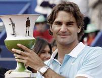 <p>Лидер мирового рейтинга ATP Роджер Федерер после победы на турнире Estoril Open в Лиссабоне 20 апреля 2008 года. Ассоциация теннисистов-профессионалов (ATP) опубликовала в понедельник новый рейтинг лучших игроков планеты Entry System. (REUTERS/Hugo Correia)</p>