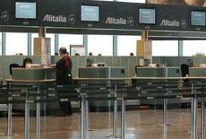 <p>Passeggeri in attesa di fare il check in a Malpensa. REUTERS/Alessandro Garofalo</p>