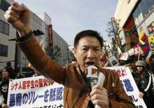 <p>Un manifestante filotibetano a Nagano, in Giappone. REUTERS/Toru Hanai</p>