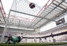 <p>Il gol di Marco Materazzi (Inter) contro il Cagliari al San Siro. REUTERS/Giampiero Sposito</p>