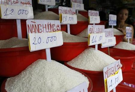 A woman displays rice for sale at Ba Chieu market in Vietnam's southern Ho Chi Minh city April 27, 2008. REUTERS/Kham
