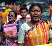 <p>Una prostituta indiana grida slogan durante una manifestazione in una foto d'archivio. REUTERS/Jayanta Shaw</p>